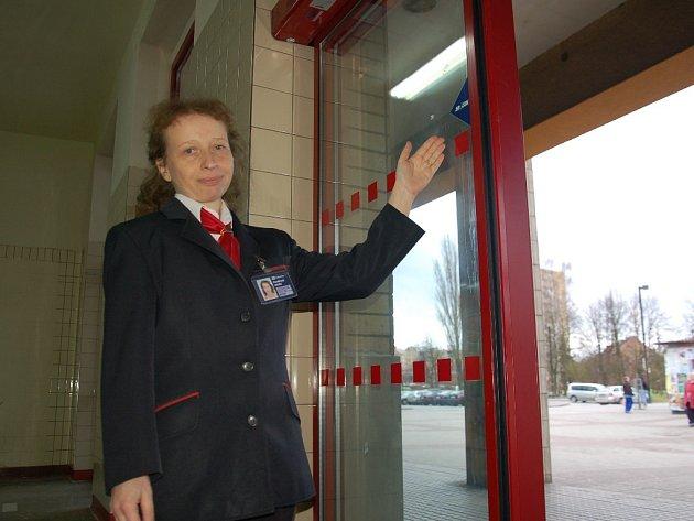 Nové dveře na fotobuňku se začaly objevovat v budově chebského vlakového nádraží.