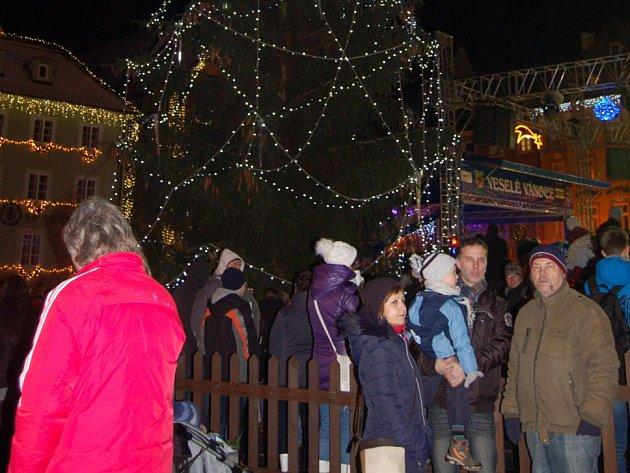 ZAHÁJENÍ VÁNOČNÍCH trhů v Chebu si nenechaly ujít tisíce lidí. Nazdobené vánoční stromy většinu z nich doslova nadchly.