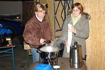 Pracovníci organizace KARO při přípravě polévky pro chebské prostituky