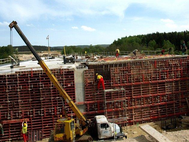 STAVBA R6. Ačkoliv dělníci na stavbě rychlostní silnice, která má spojit Cheb a Karlovy Vary, dělají co mohou, motoristé pomalu ztrácejí trpělivost.