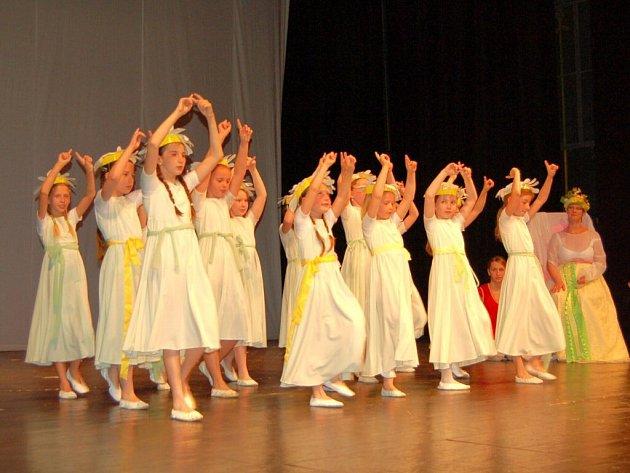 Mladé tanečnice pod vedením učitelky Jaroslavy Havlíčkové předvedly v chebském divadle rodičům a příbuzným, co se naučily v letošním školním roce