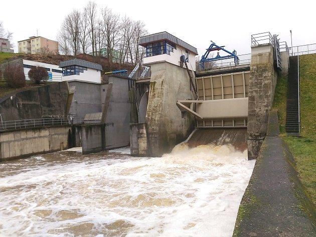 OHŘE vpřehradě Skalka vChebu dosáhla prvního povodňového stupně.