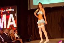 Tereza Špačková, jedna z absolventek Školy modelek, při módní přehlídce v Ingo Casinu ve Františkových Lázních