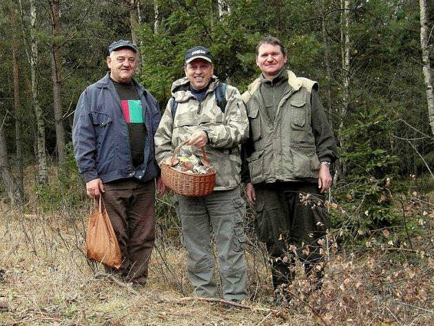 PLNÝ KOŠÍK ČIRŮVEK našel v uplynulých dnech v lese Jiří Pošmura (uprostřed) společně s přáteli z Mykologického klubu Slavkovský les.