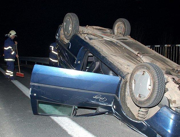 Řidič u Hazlova své auto převrátil na střechu.