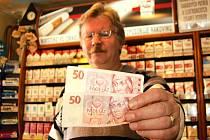 ŽIVNOSTNÍK Ondřej Sabo z Chebu (na snímku) o papírové padesátikoruny ve svém obchodě nouzi nemá. Podle jeho slov jsou lidé raději, když jim vrátí bankovku než padesátikorunovou minci.