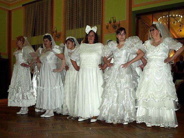 VESNICKÝ MAŽORETKY Z NOVÉHO KOSTELA mají už Karlovarský kraj projetý. Naposledy, o uplynulém víkendu, vystoupily na reprezentačním plese Horního Slavkova.
