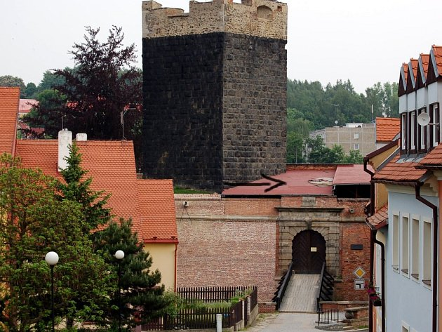 Střecha nad bránou Chebského hradu. Střecha je zatím prozatímně opravená