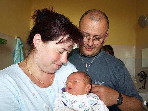 TOMÁŠ MACEČEK se narodil v naděli 7. června v 8.05 hodin. Na svět přišel s krásnou váhou 4220 gramů a mírou 52 centimetrů. Pětiletá Jaruška, tříletá Baruška a tatínek Tomáš se těší doma v Lázních Kynžvart na příjezd maminky Jaroslavy a malého Tomáška.