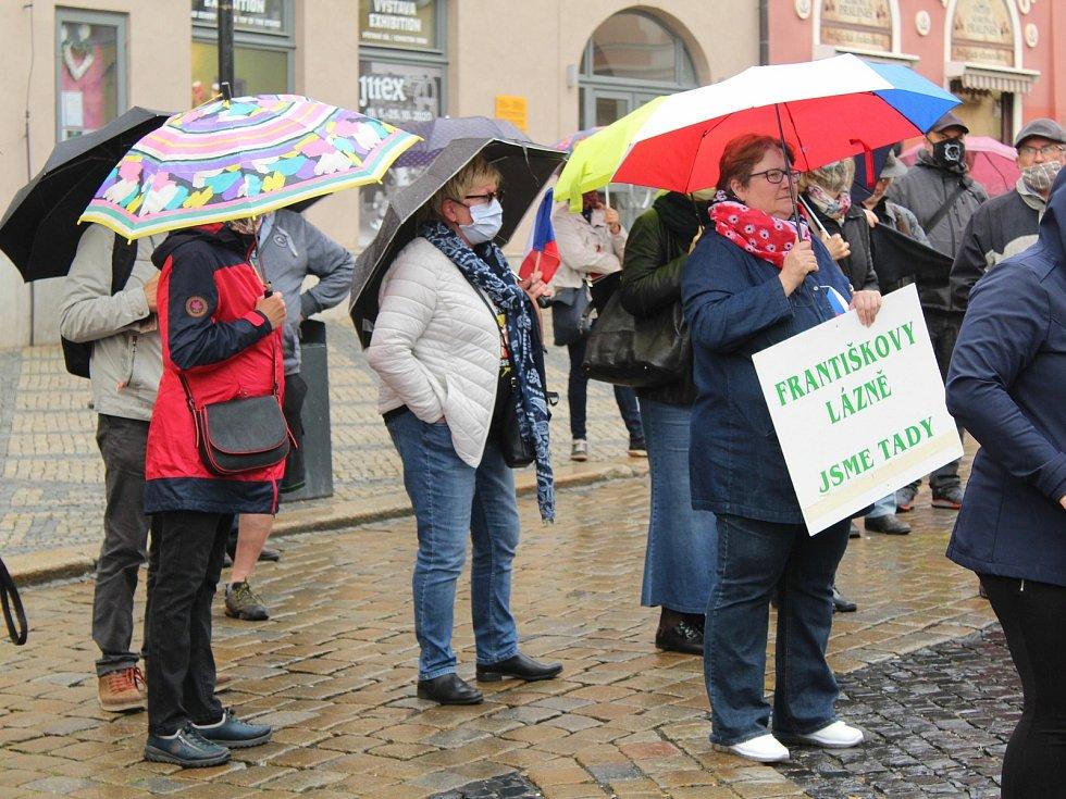 Na chebském náměstí Krále Jiřího z Poděbrad se sešlo kolem stovky lidí, aby vyjádřili nesouhlas s vládou premiéra Andreje Babiše.