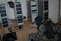 Pět podezřelých, zbraň, marihuana, zařízení na výrobu pirátských nosičů a spousta padělaných CD a DVD. To je bilance akce celní správy s názvem Cinema