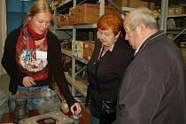 ARCHEOLOŽKA Markéta Macků z chebského muzea ukazovala manželům Franckovým různé historické předměty.