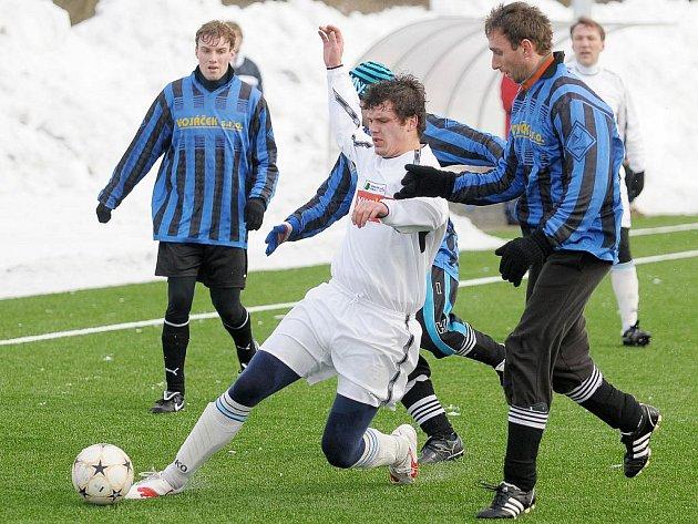 V utkání zimního turnaje  zvítězil překvapivě celek Lázní Kynžvart nad Hrozňatovem vysoko 4:0.