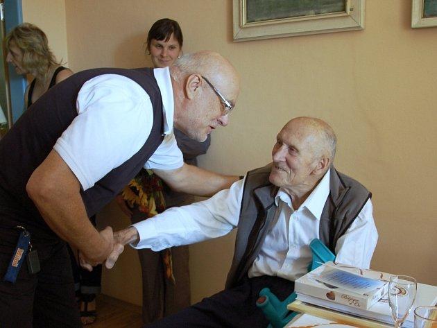 Ludvíku Hovorkovi z Chebu by mohli elán závidět o desítky let mladší lidé. Právě včera oslavil sté narozeniny a celá řádka gratulantů mu přišla popřát do domova pro seniory v chebské Dragounské ulici.