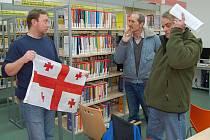 DAVID BÖHM UKAZUJE hostům své přednášky o Gruzii vlajku, na kterou jsou Gruzínci velmi fixovaní.