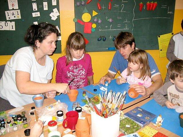 OSLAVA. Děti ze základní a mateřské školy v Lipové si ve vánoční dílně vyzkoušely také zdobení květináčů ubrouskovou technikou.