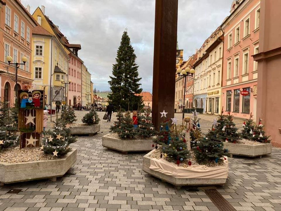 Květináče v horní části chebského náměstí Krále Jiřího z Poděbrad slouží během vánočních trhů jako povinné bezpečnostní zábrany. Každý rok je však ozdobí zdejší školy a následně soupeří o nejhezčí výzdobu.