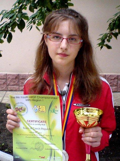 LUCIE SAMUELOVÁ  s diplomem a pohárem za druhé místo družstev na mistrovství Evropy žáků a žákyň.