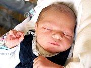 TOMÁŠ BENEDIKT se poprvé rozkřičel v pondělí 2. dubna v 8.15 hodin. Na svět přišel s váhou 3300 gramů a mírou 51 centimetrů. Maminka Alena a tatínek Tomáš se těší z malého Tomáška doma v Mariánských Lázních.