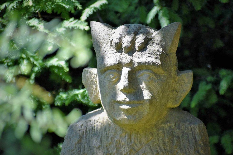 U hotelu Krakonoš v Mariánských Lázních odhalili v sobotu další sochy.