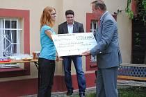 VEDOUCÍ ÚTOČIŠTĚ o.p.s. Cheb Jana Kotounová převzala symbolický šek na deset itisíc eur.