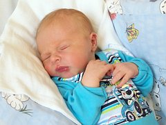 VÁCLAV PATARÁK bude mít v rodném listu datum narození středu 25. června ve 3.38 hodin. Vážil 3 530 gramů a měřil 52 centimetrů. Maminka Lucie a tatínek Lukáš se radují z malého Vašíčka doma v Hazlově.