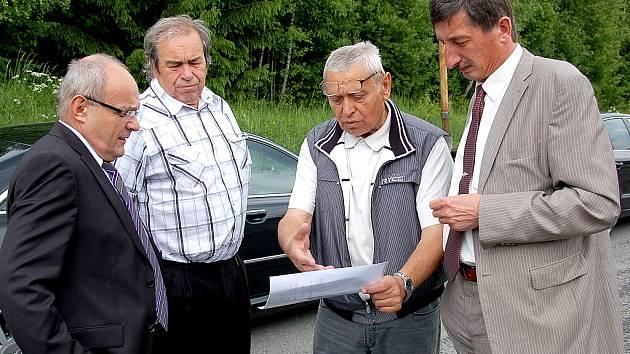 MINISTR PRO MÍSTNÍ ROZVOJ Kamil Jankovský (vlevo) společně se starostou Velké Hleďsebe (vedle ministra) a senátorem Miroslavem Nenutilem (vpravo) poslouchají výklad Petra Kryštofa z Klimentovské, a.s., o možném využití komplexu starých kasáren v Klimentov