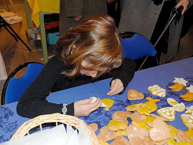 Šestiletá Tonička Slunková si zkusila ozdobit perníček cukrovou polevou