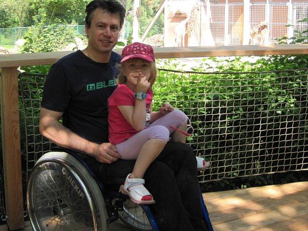 LETNÍ VEDRO neodradilo chebského vozíčkáře Tomáše Haranta od návštěvy ZOO v německém Norimberku. Zde si užíval i se čtyřletou dcerkou Evičkou.