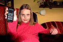 DÍKY POCTIVÉ NÁLEZKYNI se už školačka Lucie zase může radovat ze svého mobilu.