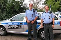 František Ptáček (vlevo) a Jan Lehoczký, policisté, kteří muže zachránili.