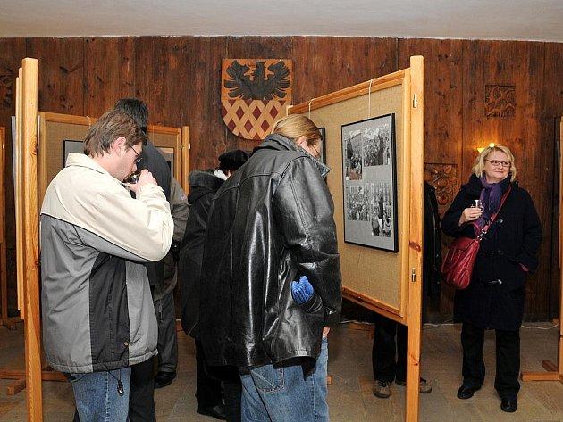 U příležitosti státního svátku Dne boje za svobodu a demokracii začala v budově chebského městského úřadu na náměstí Krále Jiřího výstava snímků, které připomínají události listopadu 1989.