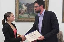 PŘEDSEDA správní rady městské Nadace Schola Ludus Tomáš Linda předal úspěšné chebské studentce Daniele Mrázkové finanční příspěvek ve výši 25 tisíc korun.
