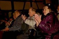 Vystoupení folklorního souboru Marjánek přitáhlo řadu návštěvníků na hrad Seeberg v Ostrohu.