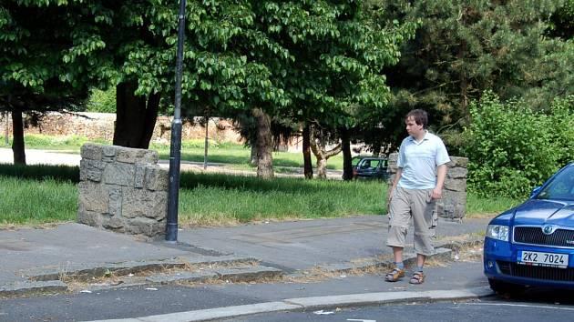 Shnilé lavičky z ulice Trčky z Lípy u Chebského hradu už zmizely