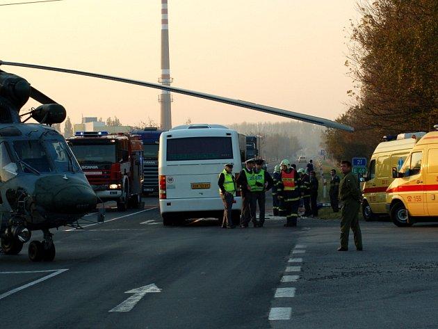 Silnice č. I/21 u Františkových Lázní. Po střetu osobního automobilu a autobusu jeden člověk zemřel