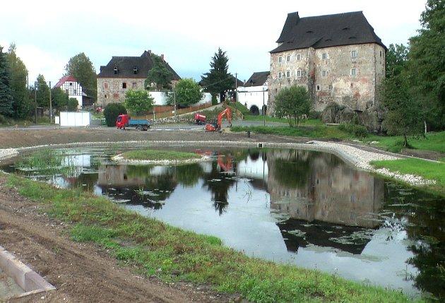 V POLOVINĚ stavebních prací se okolí hradu značně změnilo. Přibylo jezero a chystají se zde další odpočinková místa.