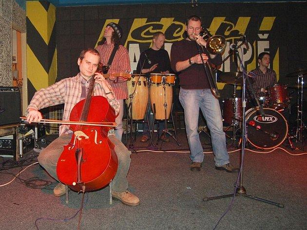 Klub Na Rampě rozproudili v sobotu večer muzikanti, kteří spolu hráli bez jakékoliv předchozí přípravy. Na každý ročník chodí stejný základ muzikantů, ale nikdy nehrají to samé.