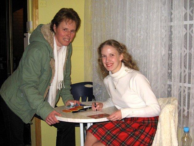 Herečka Veronika Kohoutová (vpravo) na mariánskolázeňské premiéře pohádky Nejkrásnější hádanka