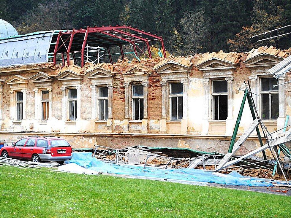 Polský stavební dělník (59 let) zůstal pod sesutým lešením v Mariánských Lázních při opravě objektu hotelu Císařské Lázně.
