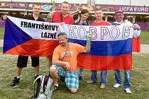 PŘED PÁTEČNÍM ZÁPASEM nedocházelo k žádným konfliktům mezi tábory českých a ruských fanoušků. Dokonce i společně pózovali před objektivy fotoaparátů.