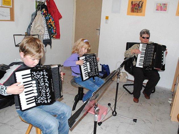 ŠKOLÁCI Klaus a Tina Krekelovi se pod vedením Hany Miklóšové učí v ašské ZUŠ hrát na akordeon.