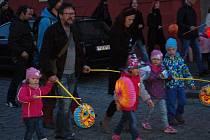 Tradiční lampionový průvod se o víkendu vydal z chebského náměstí do areálu Krajinky. Akci oživil také chebský Mládežnický dechový orchestr.