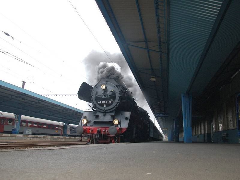 Zvláštní příležitost spatřit na chebském nádraží parní lokomotivu číslo 411144-9 měli o víkendu lidé z Chebska.