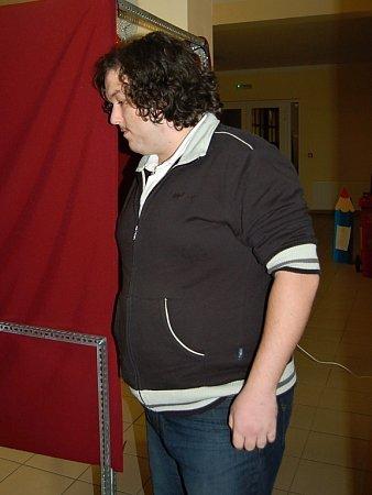 Volební komise čtvrtého okrsku ve Františkových Lázních Martin Vosala průběžně kontroloval také pořádek za plentou, kde voliči upravovali volební lístky.
