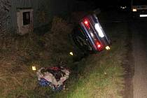 Pod převráceným osobním vozidlem zemřel v neděli podvečer spolujezdec. K nehodě došlo nedaleko od Hradiště na Chebsku