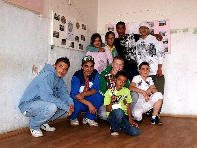 MLADÍ (NEJEN) ROMOVÉ jsou rádi, že do klubovny sdružení Lačo Jilo mohou chodit alespoň třikrát týdně. Díky předsedovi se dostali na turnaj, ze kterého si odvezli pohár za druhé místo.