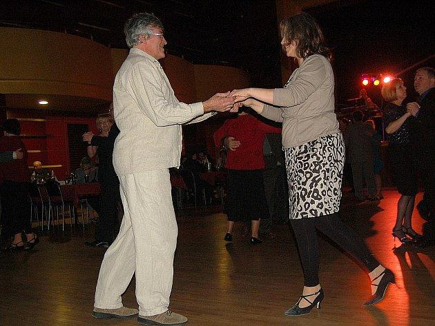 DESÍTKY LIDÍ zavítaly na první zemědělský ples do chebského Kulturního centra Svoboda. Taneční zábava se zde konala u příležitosti 40. výročí od založení Agrokombinátu Cheb.