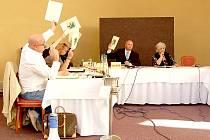 NA POSLEDNÍM ROKOVÁNÍ františkolázeňských zastupitelů  koalice ODS a ALTERNATIVY nebyla jednotná a zastupitelé za ODS Roman Knedlík (doposud druhý místostarosta) a Milan Ščislák nakonec dali hlas opozici.