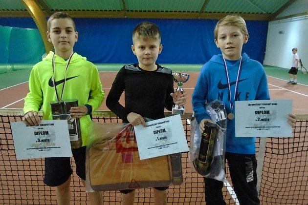 Tři nejlepší mladší žáci z chebského tenisového turnaje. Třetí Jakub Babka, vítěz Otto Hertl a poražený finalista Ondřej Vild (zleva).